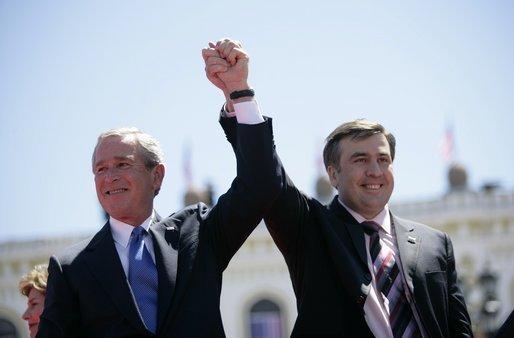 Georgiens president Saakashvili har varit en stark västvänlig röst. När han nu lämnar posten väntar en dragkamp mellan ryska och västerländska intressen. Foto: Vita Huset/Eric Draper