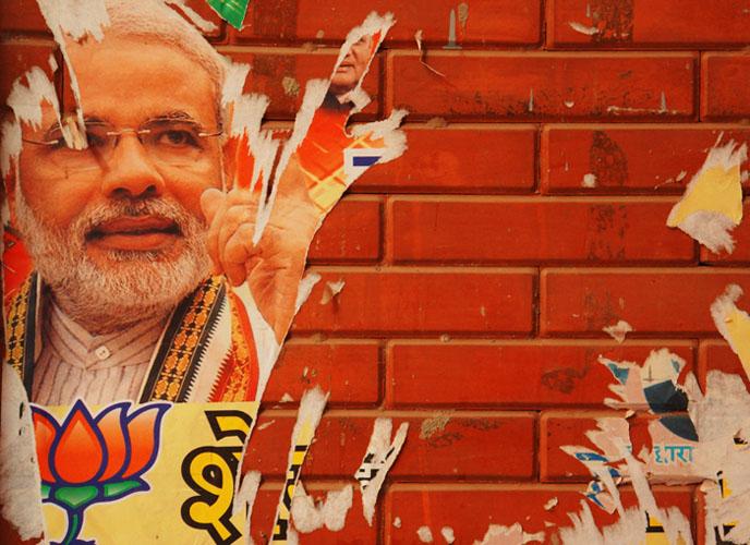 Narendra Modi är både populär och kontroversiell. Här en nedriven valaffisch i Shahpurjat, New Delhi. Foto: Henrik Sundbom