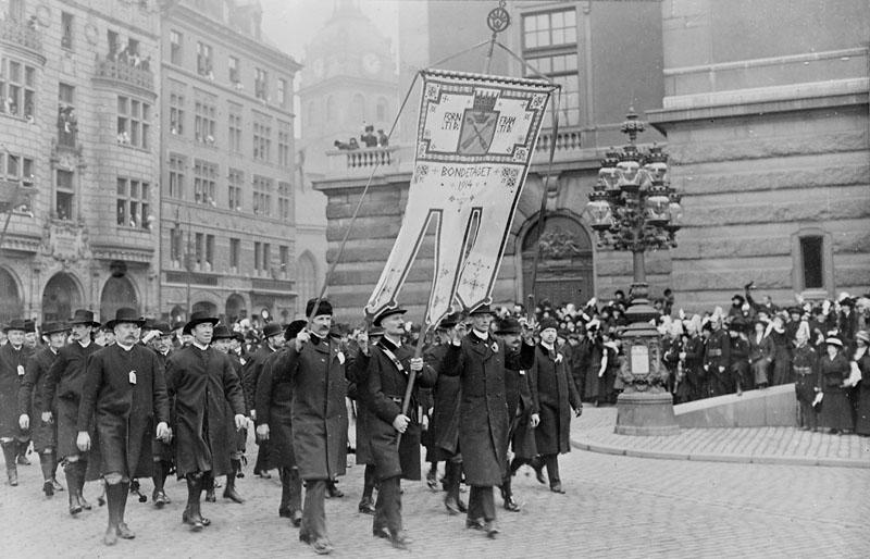 Delegationen från Dalarna på väg över Gustaf Adolfs torg (som då hette Norrmalmstorg). Foto: Stockholms stadsmuseum.